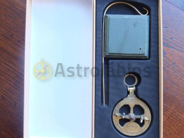 Miniatura astrolábio com base madeira