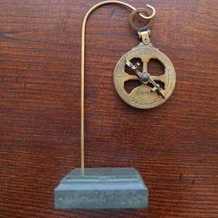 Miniatura Astrolábio Metal com base madeira